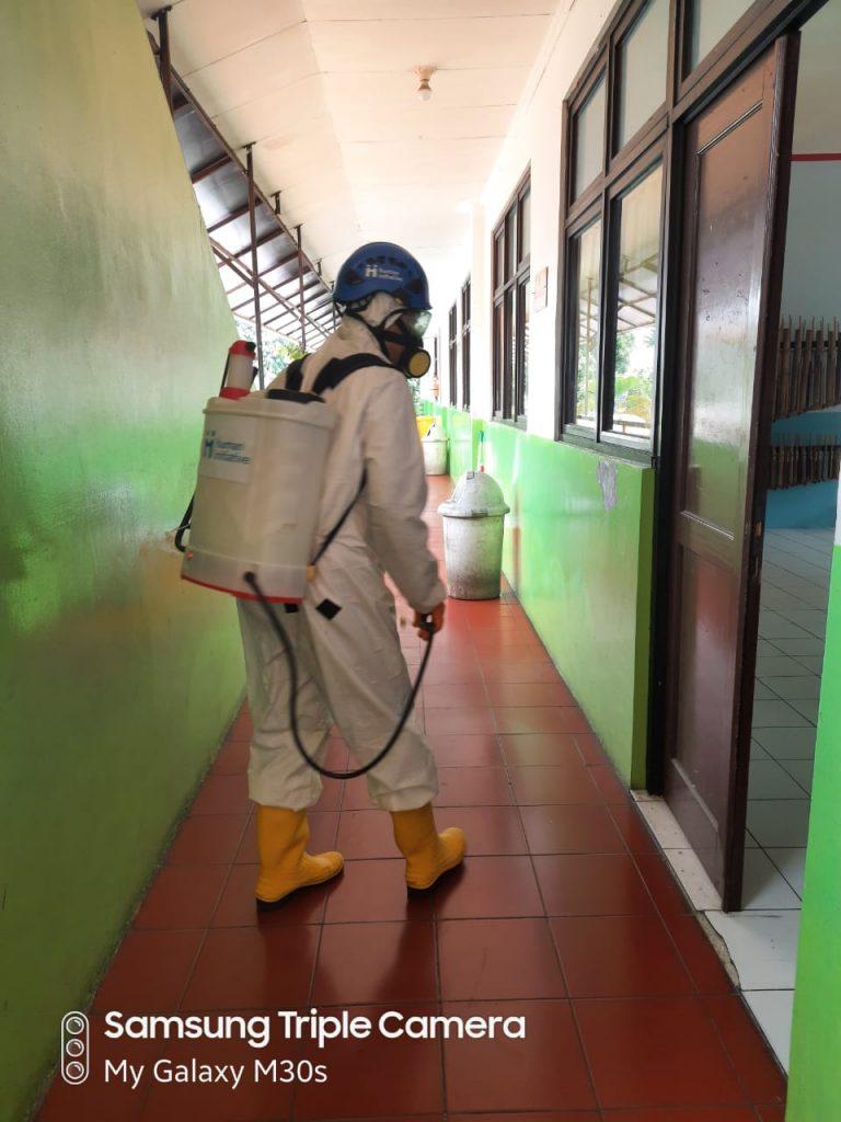 Pelaksanaan Penyemprotan Disinfektan di Sekolah Yapenka
