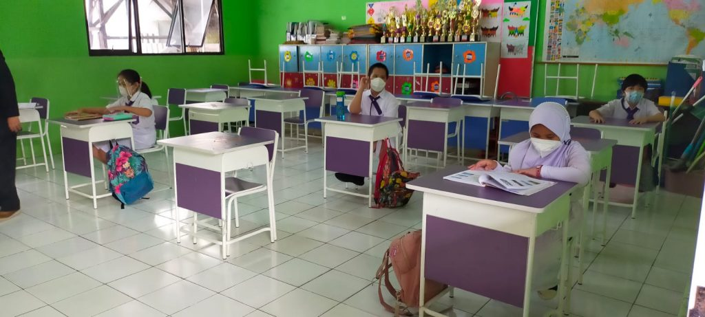 Foto-foto PTM Hari Pertama di SD dan SMP